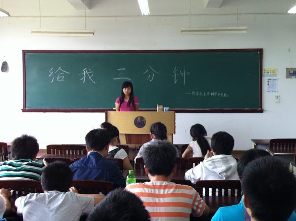 ...演讲.她向同学们介绍了李大钊的生平事迹精彩的演说赢得了...